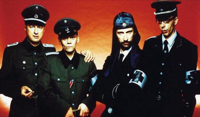 Laibach lainaa univormuja yhtä luonnikkaasti kuin säveliä.