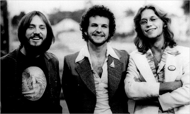 America karvaisella 1970-luvulla: Gerry Beckley, Dewey Bunnell ja Dan Peek.