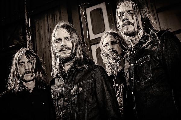 Yksi kuvan viiksekkäistä ruotsalaisista rockmuusikoista on Alex Sjöberg.
