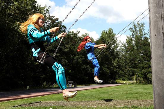 Karin ja Olof eivät uskalla keinua ilman käsiä.