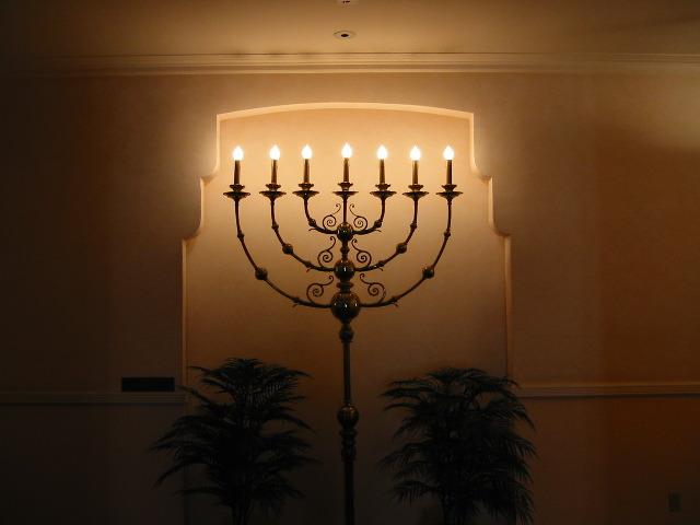 Nuorgamin kirkossa sytytettiin tänään kynttilä jokaissa 1111 Facebook-fania kohden.