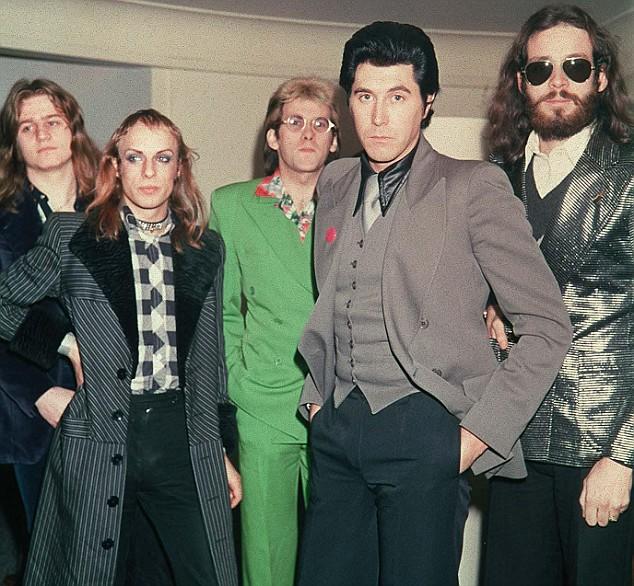 This band ain't big enough for the both of us – Brian Eno (toinen vasemmalta) ja Bryan Ferry (edessä) mahtuivat samaan bändiin vain kahden albumin ajan.