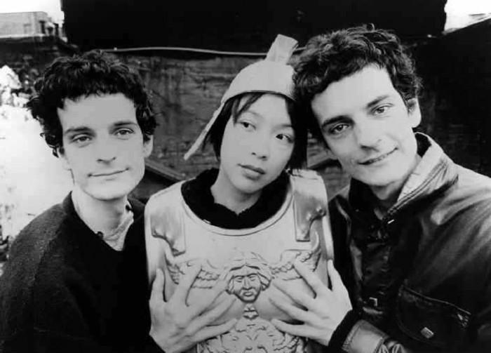Simone (vas. tai oik.), Amedeo (oik. tai vas.) ja Kazu löysivät viimein näppituntuman touhuunsa.