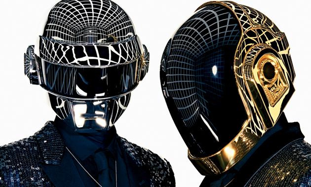 Daft Punk –kypärä kiiltää, kello näkyy.