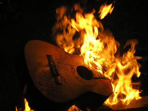 Vinkki! Juhannuskokossa voi polttaa esim. akustisia kitaroita.