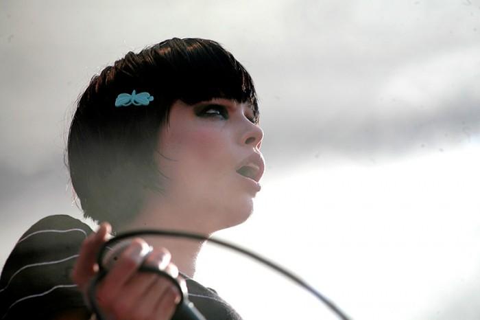 Crystal Castles perustettiin vuonna 2004, kun Ethan Kath pyysi Alice Glassia laulamaan hänen demoilleen.