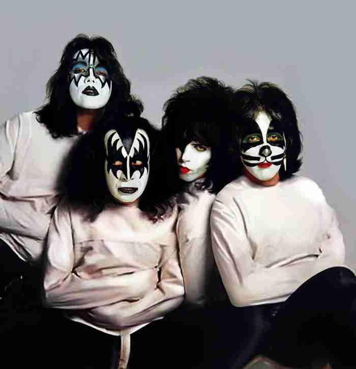 Hulluina vuosinaan Kiss (Ace Frehley, Gene Simmons, Paul Stanley, Peter Criss) päätyi myös pakkopaitaan.