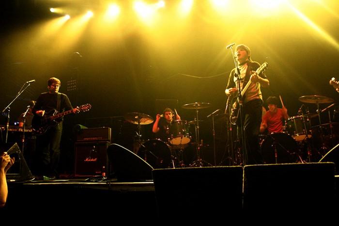 Trail of Dead lämmitteli Audioslavea Helsingin jäähallissa 2005. (Kuva: Tomi Palsa)