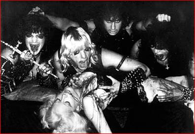 Irvistykset, kajalit, nahkavermeet, niitit, ristit nurinpäin, verta ja uhrattava neitsyt. Nuoret herrat King , Hanneman, Lombardo  ja Araya näyttävät heavy metal- yhtyeen promokuvan mallia uransa alussa.