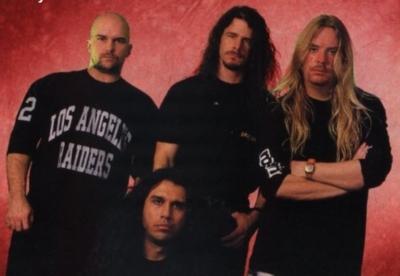 Siloposkinen yhtye uuden rumpalinsa kanssa vuonna 1992: King Raiders-paitoineen, Araya, Paul Bostaph, Hanneman.