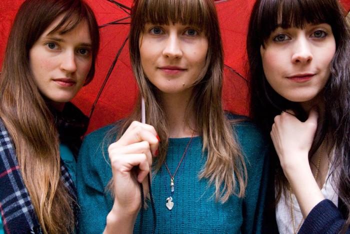 Näkemiin, Simone, sanovat Erika, Annie ja Heather.