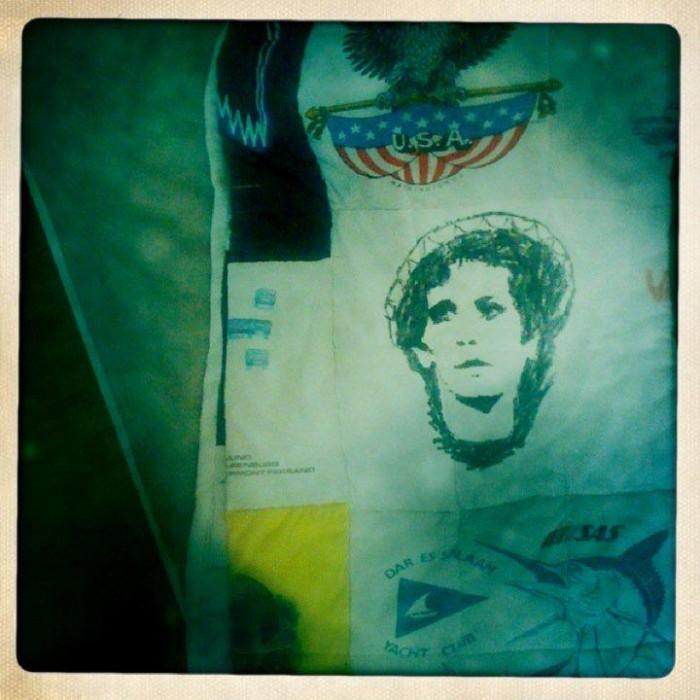 Tämä on jäljellä 15-vuotiaana tussilla tekemästäni Lou Reed -paidasta.