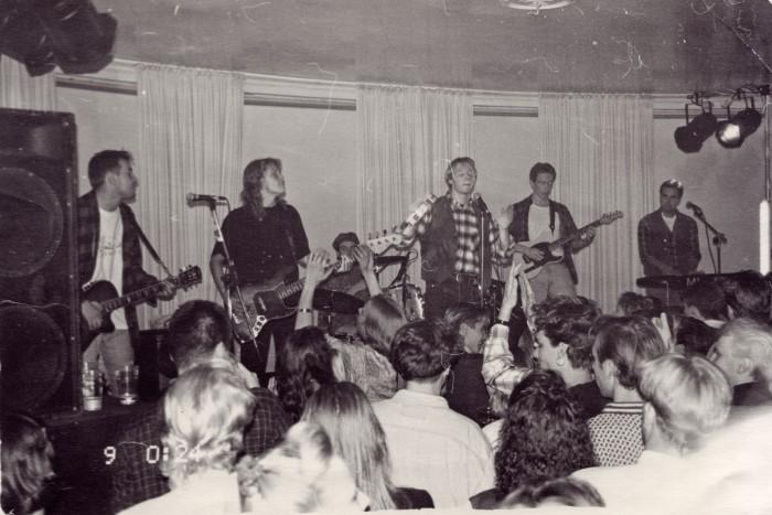 Egotrippi ensimmäisellä keikallaan Helsingin Kulosaaren Casinolla 8. lokakuuta vuonna 1993.