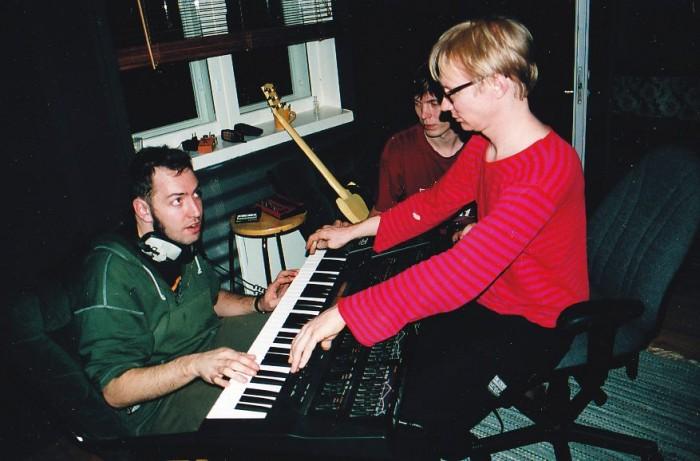 Knipi, Skele ja tuottaja Lasse Kurki Helsinki–Hollolan äänityssessioissa vuonna 1999.