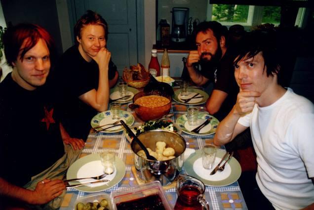 Neljän jäsenen Egotrippi Matkustaja-levyn studiosessioissa Hollolassa vuonna 2002. Kuva: Lasse Kurki.