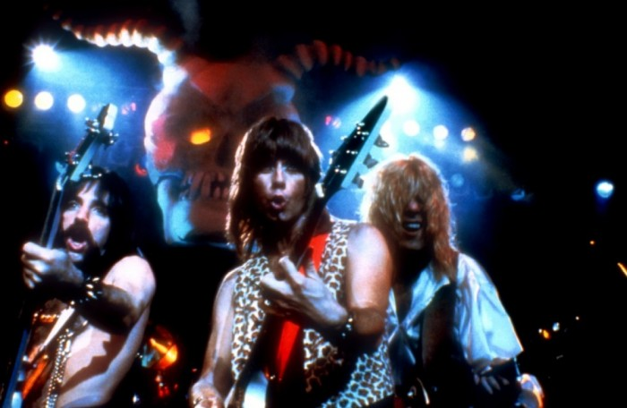 Spinal Tap hurmoksellisessa kolmen kitaran hyökkäyksessä – demonipääkallon valvovien silmien alla.
