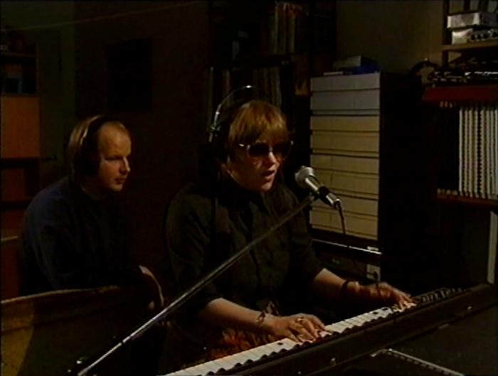 Saara Suvanto äänittämässä kotistudiollaan vuonna 1990. Taustalla Hannu Suvanto. (Lähde: Mediakomppania)