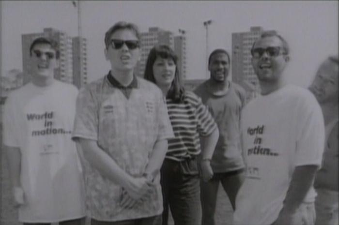 """New Order laulaa: """"E niin kuin ekstaa... ei kun Englanti."""""""