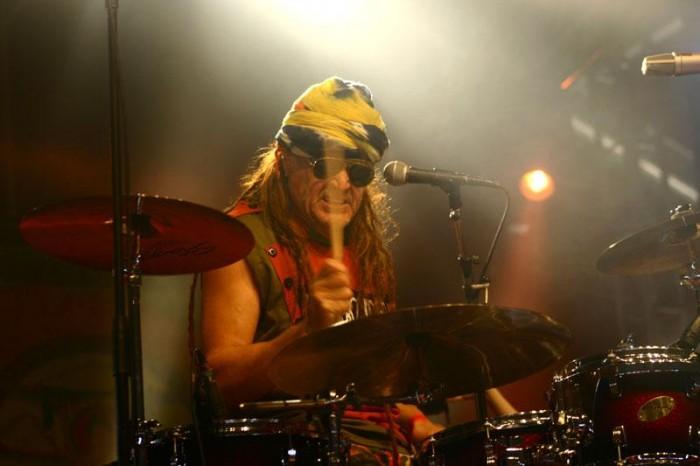 Pelle Miljoona, rumpali ja runoilija. Kuva: Hannu Linkola.